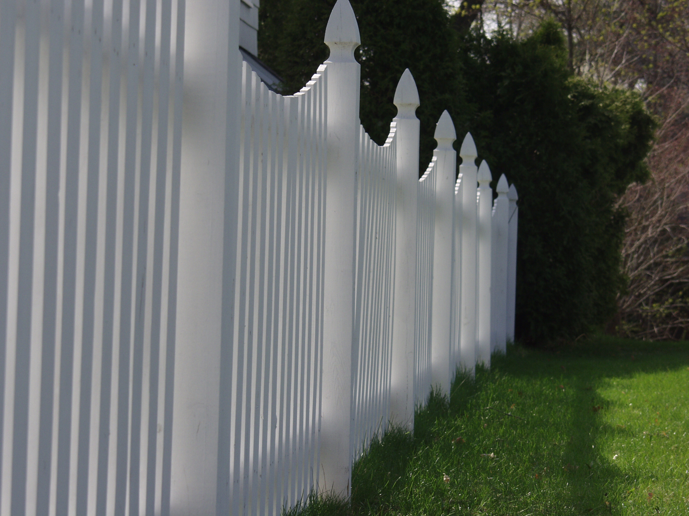 Reasons why fences can raise your home value luxury - Cercas de madera ...